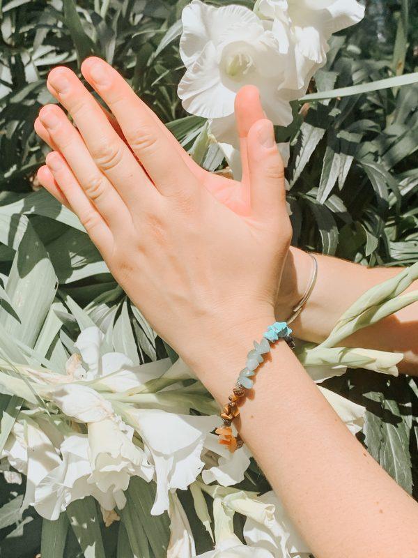 Bracelet énergétique 7 chakras présenté en prière