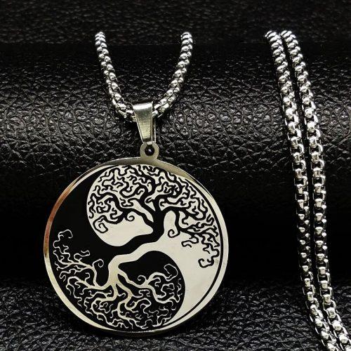 collier-arbre-de-vie-en-forme-de-yin-et-yang-sur-son-reposoir