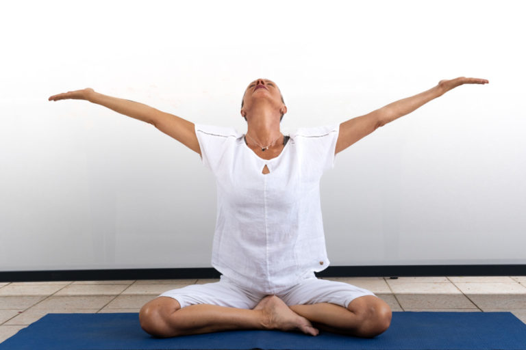 femme yoga heureuse