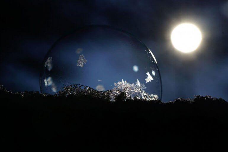 pierre de lune qui se recharge au soleil