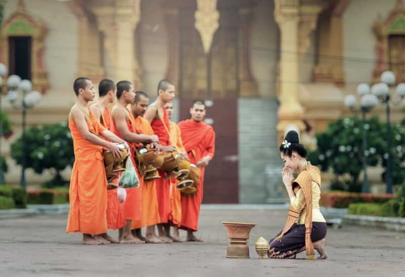 Celebration de moines portant des bracelets