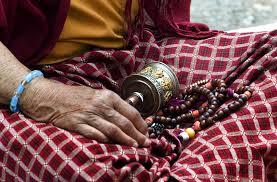 Mala sur les genoux d'un moine bouddhiste