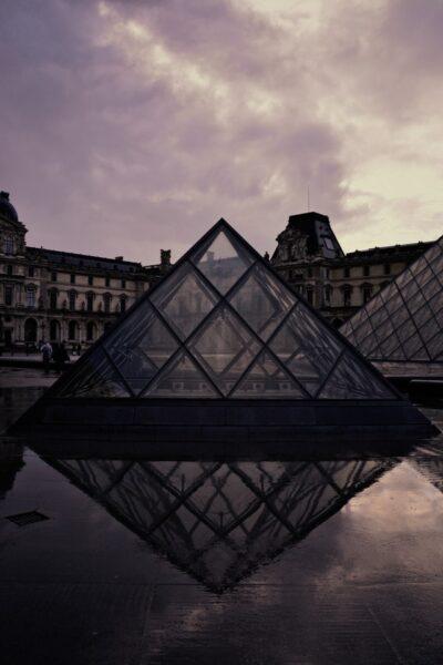 pyramide exterieur en triangle