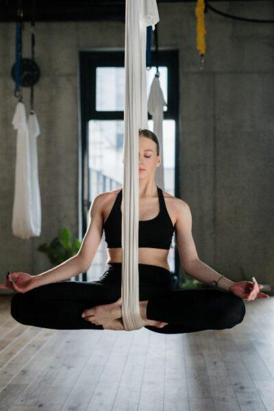 femme medite en equilibre
