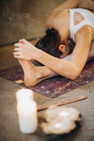 femme yoga avec de l'encens