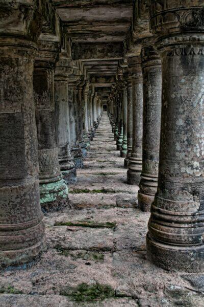 temple en pierre sombre