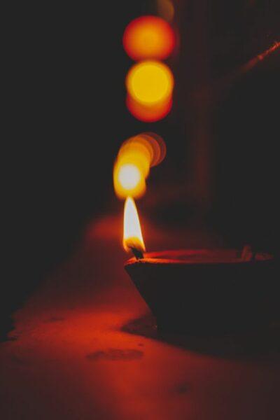 encens qui brule dans le noir