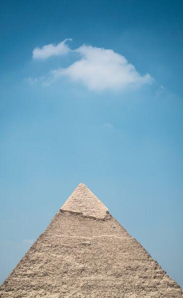 pyramide en pierre avec un ciel bleu