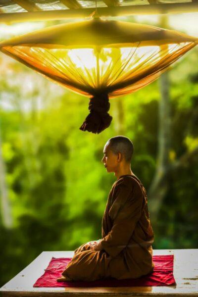 moine tibetain qui médite