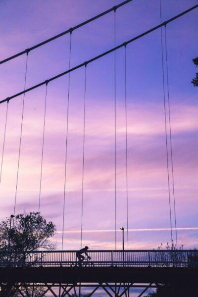pont en corde et ciel violet